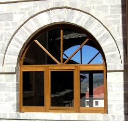 Ξύλινο κούφωμα, παράθυρο μονόφυλλο με σταθερά, και μεγάλο τοξωτό φεγγίτη με καϊτια
