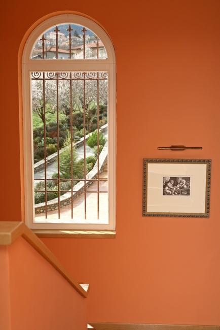 Ξύλινο σταθερό παράθυρο, με εξωτερική σιδεριά