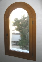 Ξύλινο παράθυρο τοξωτό
