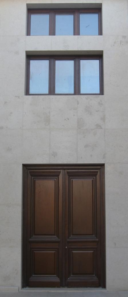 Ξύλινη εξώπορτα, παραδοσιακή, δίφυλλη είσοδος γραφείων, με μπάζα και υπέρθυρο