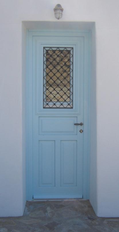 Ξύλινη εξώπορτα λακαριστή με 3 ταμπλάδες, τζάμι και κάγκελο