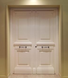 Ξύλινη εξώπορτα παραδοσιακή δίφυλλη λευκή