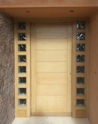 Ξύλινη είσοδος πολυκατοικίας με σταθερά υαλοστάσια