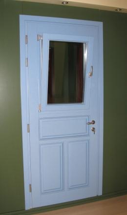 Ξύλινη εξώπορτα με 3 ταμπλάδες και παράθυρο ανοιγόμενο και ανακλινόμενο στο επάνω μέρος