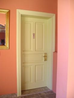 Ξύλινη είσοδος δωματίου ξενοδοχείου