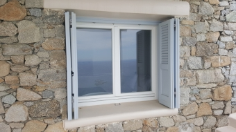 Ξύλινο δίφυλλο παράθυρο με παντζούρι ταμπλά με περσίδα, σε λάκα